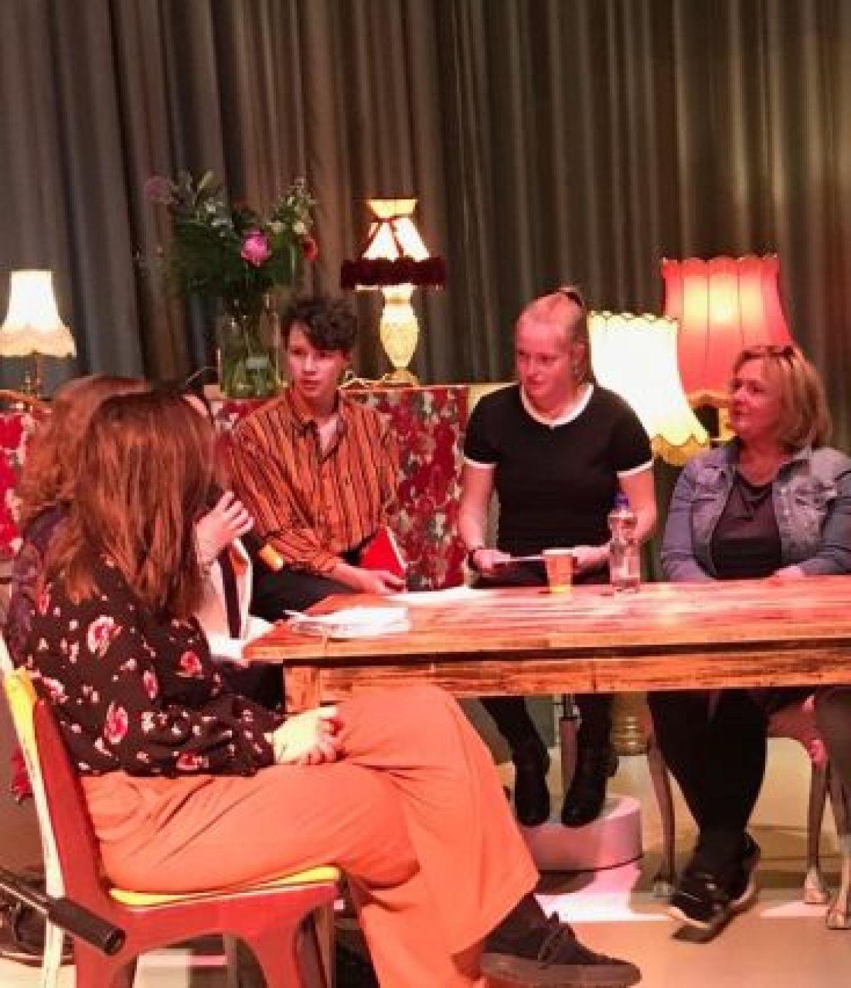 Leerlingen lezen voor uit eigen werk tijdens Literair Café; het niveau is hoog dit jaar