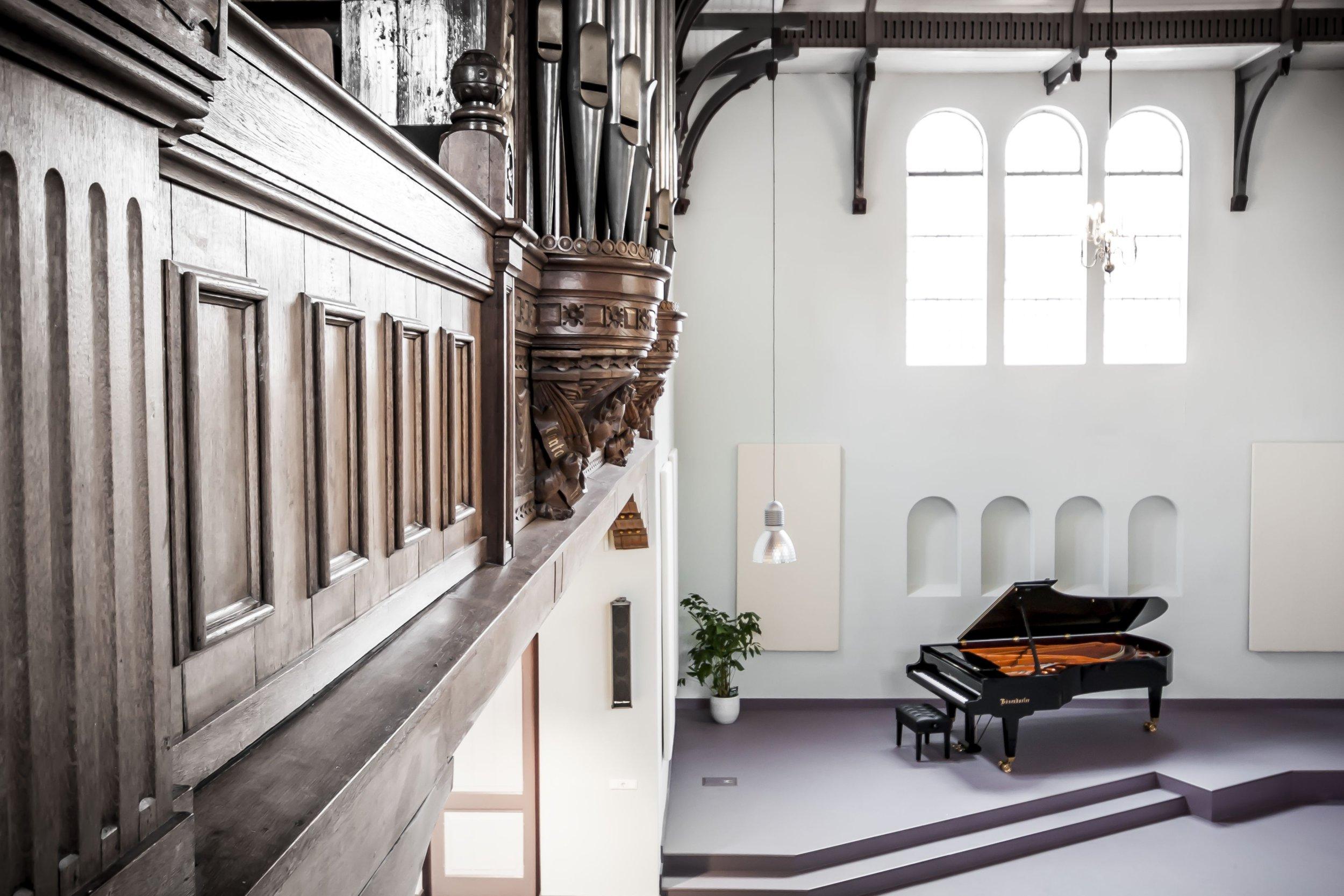 176104 Edesche Concertzaal - Vanaf Orgel kijkje op Bosendorfer