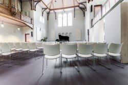 176104 Edesche Concertzaal vanaf achteruit gezien, mooie schaduwstrepen stoelen