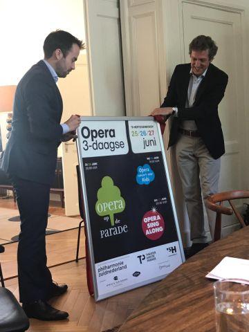 Wethouder Mike van der Geld en Martijn Versteeg (philharmonie zuidnederland) presenteren de poster van de Bossche Opera Driedaagse