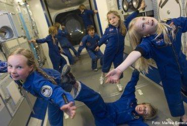 Kinderen zweven aan boord van het International Space Station met naam