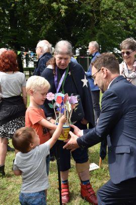 Bloemen voor ds. Werner van de kindernevendienst